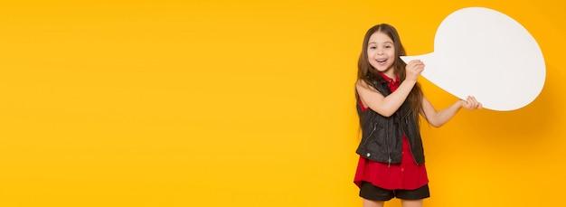 Kleine brunette meisje met tekstballon