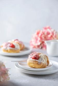 Kleine cakes met slagroom en aardbei
