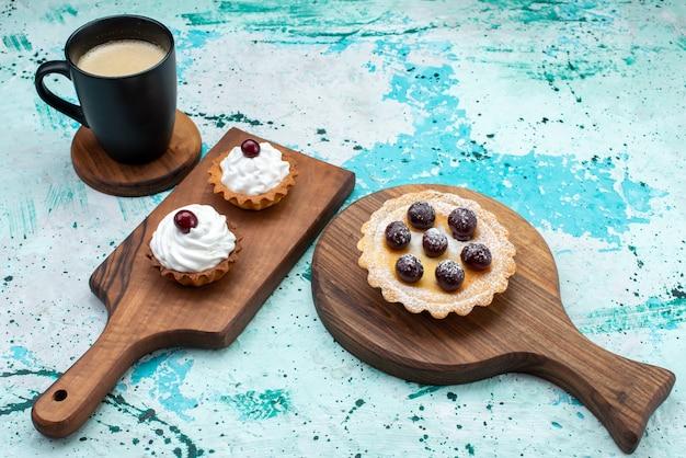 Kleine cakes met suikerpoeder fruitroom op licht, cake room fruit zoet