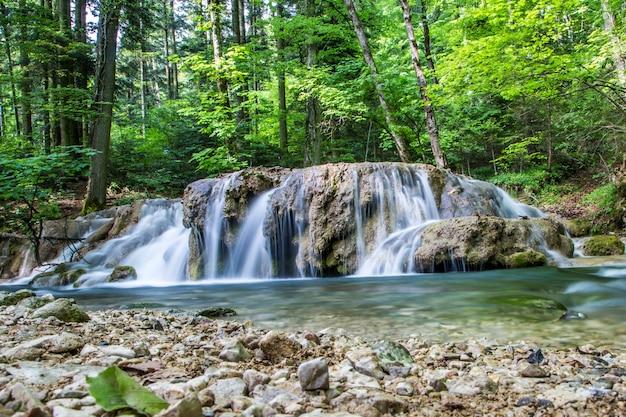 Kleine cascade op de rivier