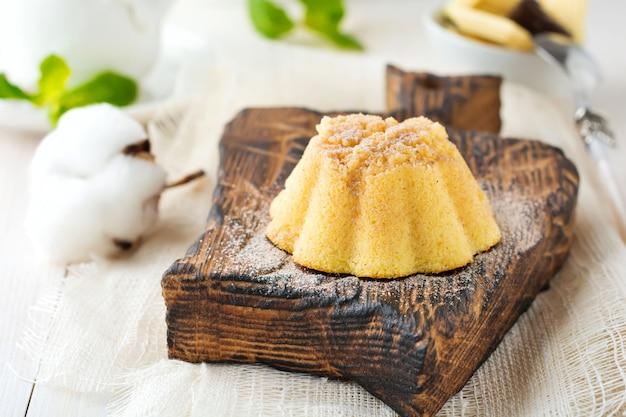 Kleine cheesecake met witte chocolade en opgeklopte eiwitten op een lichte achtergrond.