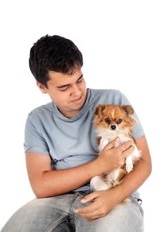Kleine chihuahua en tiener geïsoleerd op wit