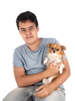 Kleine chihuahua en tiener voor witte achtergrond