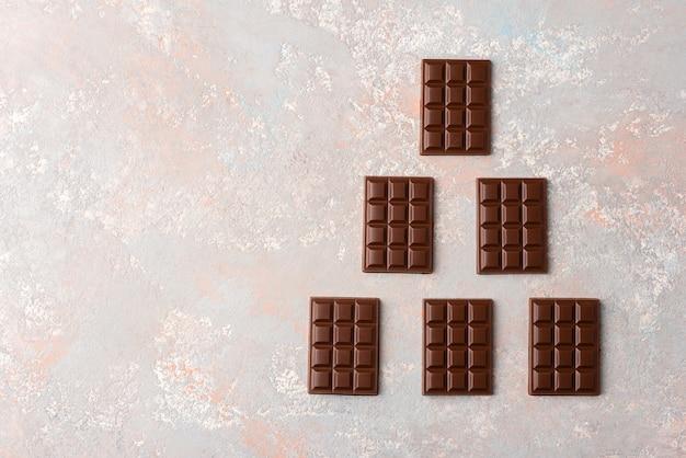 Kleine chocoladerepen op een lichte achtergrond