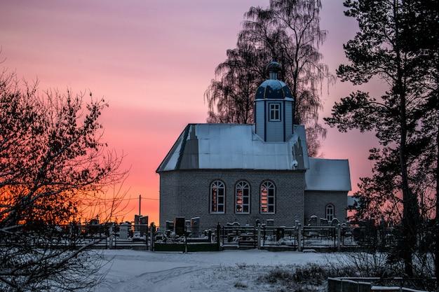 Kleine christelijke kerk bij zonsondergang