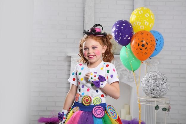Kleine clown met ballonnen.