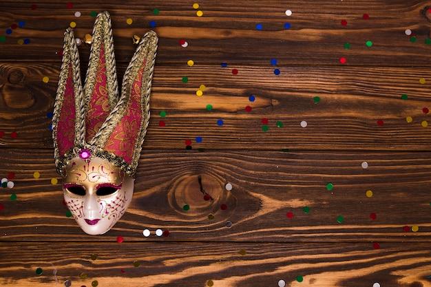 Kleine confetti bij venetiaans masker