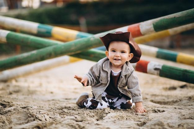 Kleine cowboy op de boerderij