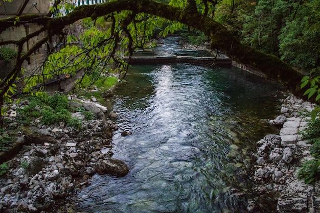 Kleine dam met water stroomversnellingen. gezien als lijnen en patronen met schuim.