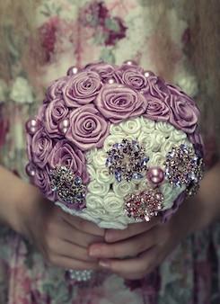 Kleine dame met boeket van kunstmatige rozen