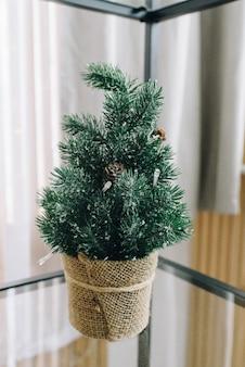 Kleine decoratieve kerstboom op tafel