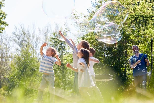 Kleine deelnemers van soap bubble show