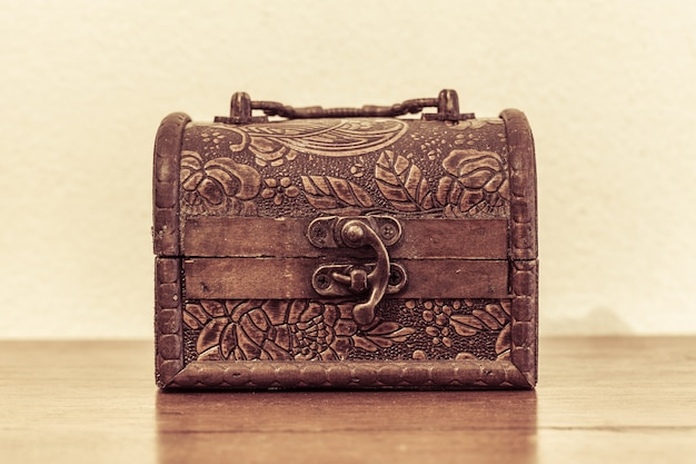 Kleine doos ouderwets op de houten tafel