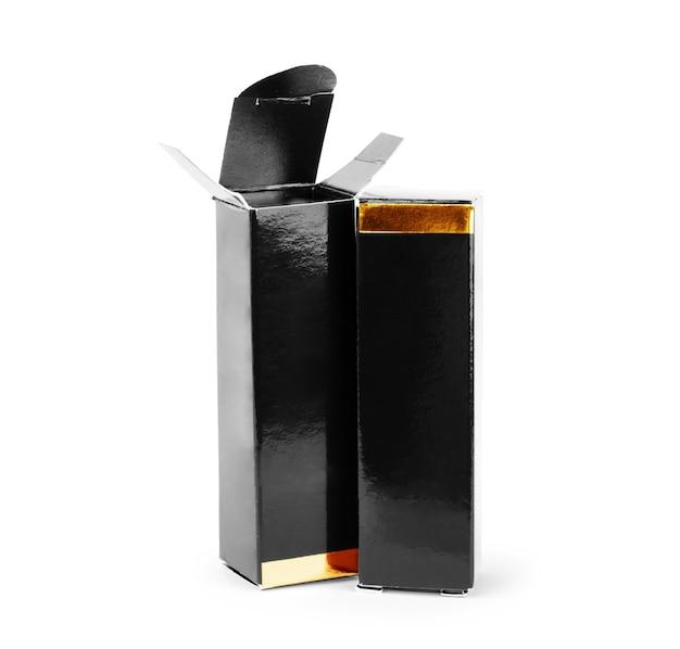 Kleine doosjes voor lippenstift op een witte achtergrond