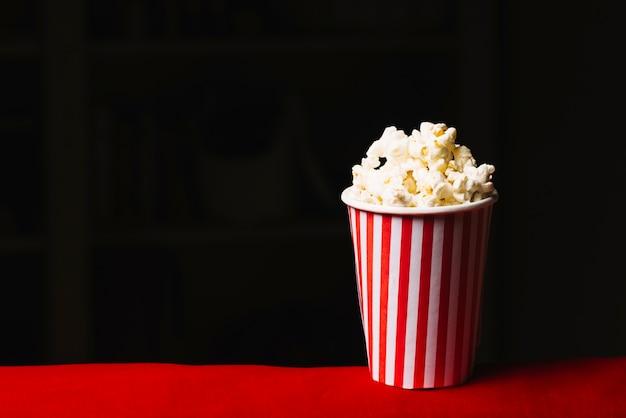 Kleine emmer van popcorn