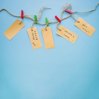 Kleine etiketten die op draad hangen