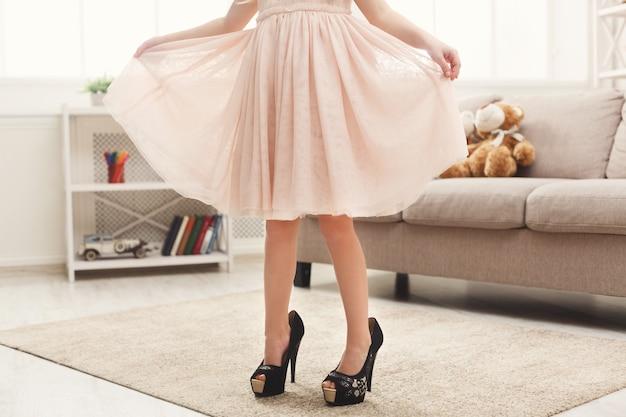 Kleine fashionista die de schoenen van haar moeder probeert