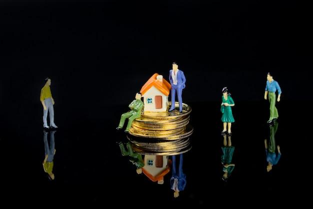 Kleine figuurmodellen laten zien dat meer mensen geld, thuis en een goed gezin willen hebben.