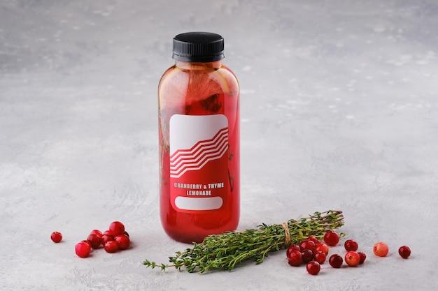 Kleine fles met cranberry en tijm limonade op tafel