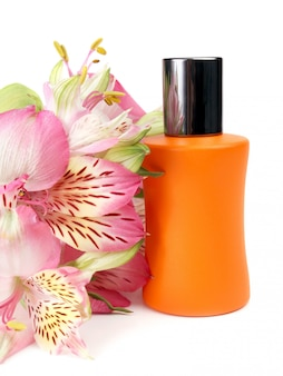 Kleine fles met een parfumvloeistof en bloemen