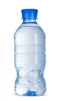 Kleine fles mineraalwater in plastiek dat op wit wordt geïsoleerd