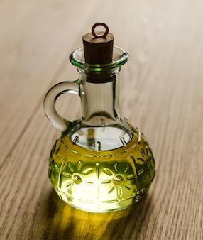 Kleine fles olijfolie met kurken stop