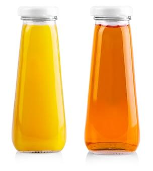 Kleine flesjes appel en jus d'orange op wit wordt geïsoleerd