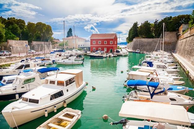 Kleine fosa-baai in zadar met boten en jachten, kroatië