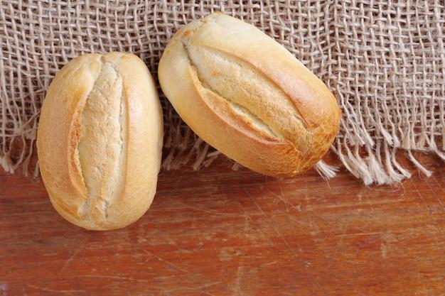 Kleine franse broodjes op een houten bord