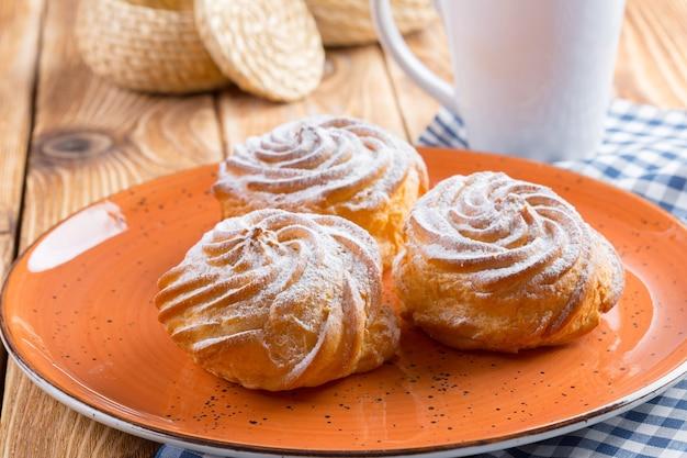 Kleine franse koekjes profitroles met suikerpoeder