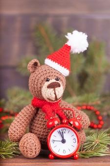 Kleine gebreide beer, een nieuwjaarsgeschenk, een symbool van het jaar. kerst decor.