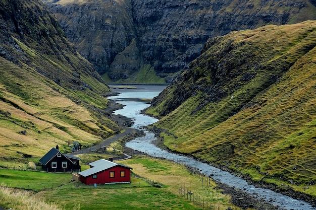 Kleine gekleurde huizen, fjorden en de zeekust op de faeröer