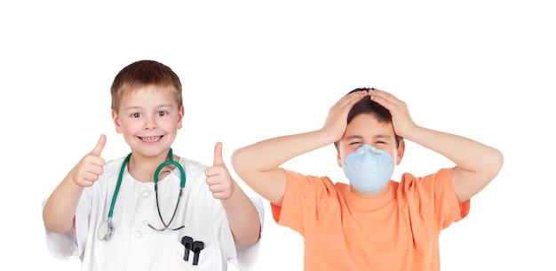 Kleine gelukkige arts met een verbaasde patiënt met een masker dat op een witte achtergrond wordt geïsoleerd