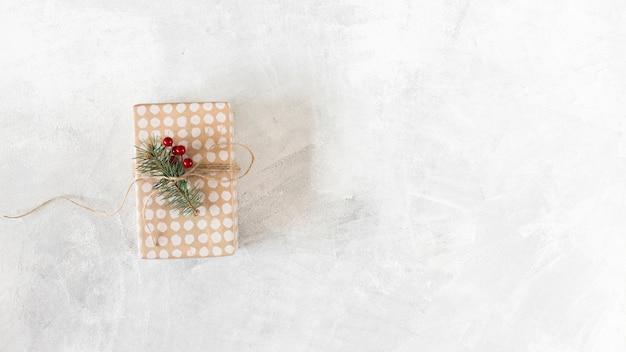 Kleine geschenkdoos met fir tree branch op tafel