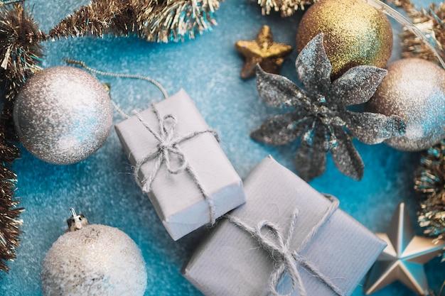 Kleine geschenkdozen met glanzende kerstballen