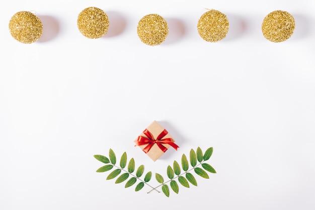 Kleine geschenkverpakking, kerstballen en twijgen