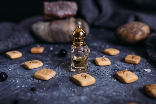 Kleine glazen fles met natuurlijke magische olie-cosmetica en magisch elixer