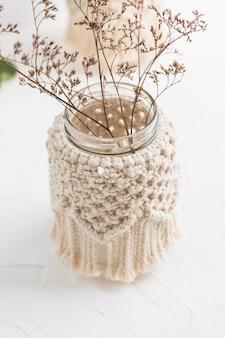 Kleine glazen vaaspot kandelaar met macramé deksel droge kruiden boho-stijl boheemse woondecoratie