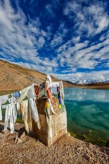 Kleine gompa aan het dhankar-meer