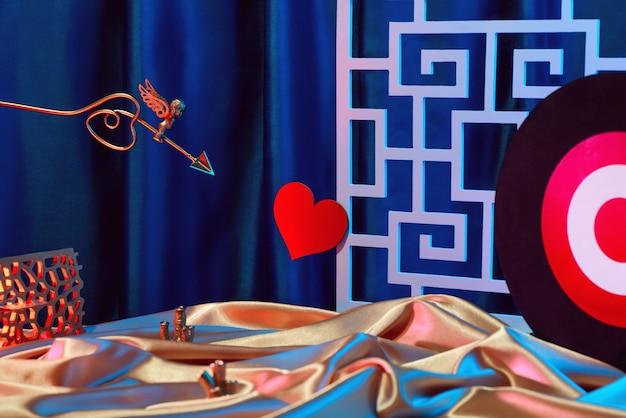 Kleine gouden cupido markeert zijn doel met een pijl in het hart, valentijnsdag concept.