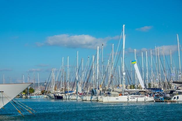 Kleine griekse stad. veel zeiljachten in een jachthaven