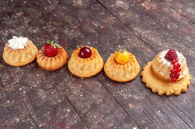 Kleine heerlijke taarten en koekjes met bessen op bruin rustiek, cake biscuit berry photo cookie