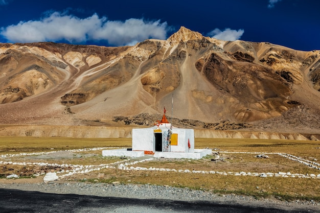 Kleine hindoe-tempel in sarchu op manalileh weg naar ladakh, india
