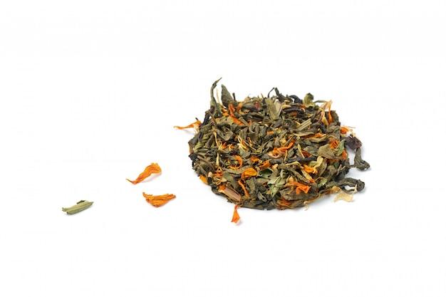 Kleine hoop droge gezonde kruidenthee met bloemblaadjes van geneeskrachtige planten