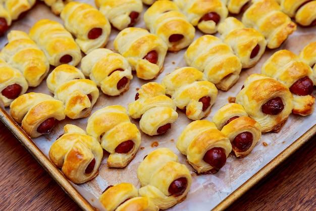 Kleine hotdogs gerold in deeg en gebakken
