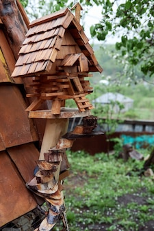 Kleine houten boomhut. decoratieve vogelvoederbak van hout