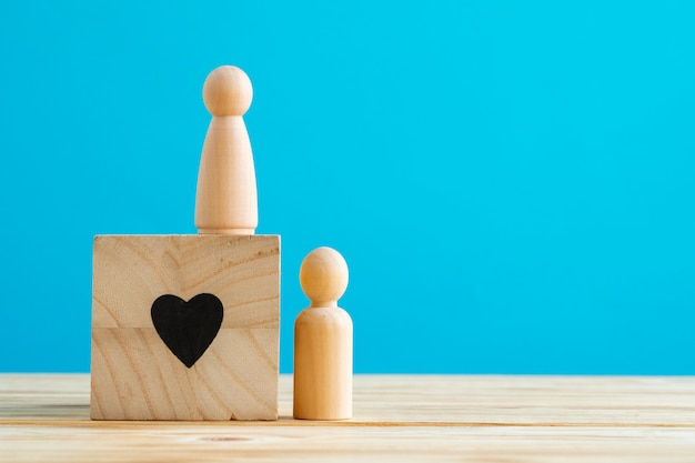 Kleine houten figuren van familieleden. familie relatie symbool