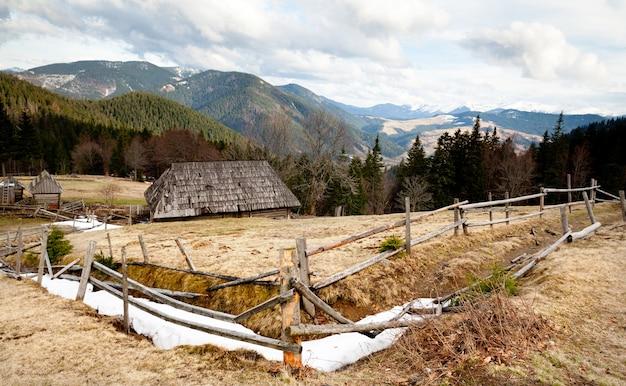 Kleine houten hek gelegen op groene heuvel