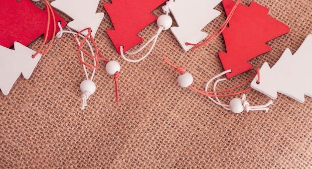Kleine houten kerstbomen op een zak