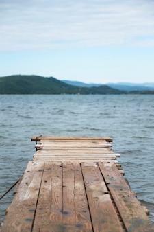 Kleine houten pier in de buurt van de egeïsche zeekust in ormos panagias